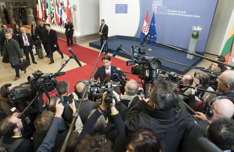 Conte a colloquio un'ora con Angela Merkel