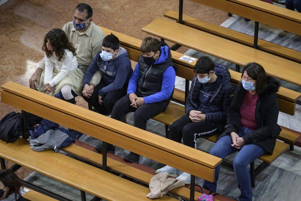 Roma, 1 novembre 2020: messa con il  distanziamento e i protocolli di sicurezza durante la pandemia Covid 19 Coronavirus nella chiesa di Santa Francesca Romana - famiglia