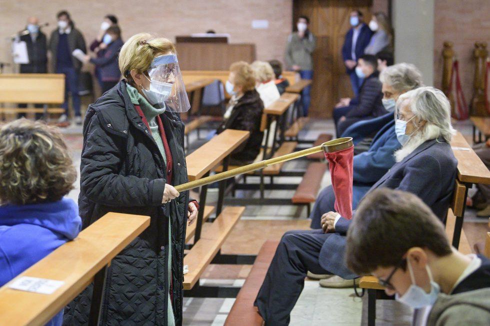 Roma, 1 novembre 2020: messa con il  distanziamento e i protocolli di sicurezza durante la pandemia Covid 19 Coronavirus nella chiesa di Santa Francesca Romana - raccolta offerte questua