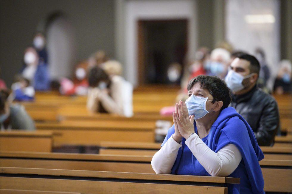 Roma, 1 novembre 2020: messa con il  distanziamento e i protocolli di sicurezza durante la pandemia Covid 19 Coronavirus nella chiesa di Santa Francesca Romana -