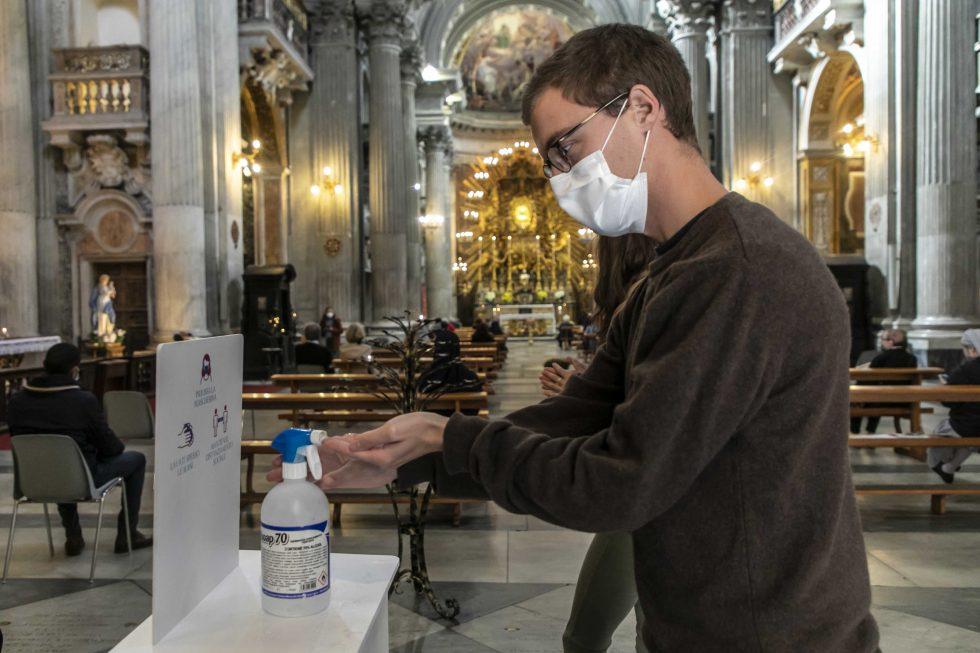 Roma, 1 novembre 2020: messa con il  distanziamento e i protocolli di sicurezza durante la pandemia Covid 19 Coronavirus nella chiesa di Santa Maria in Portico in Campitelli - sanificazione delle mani