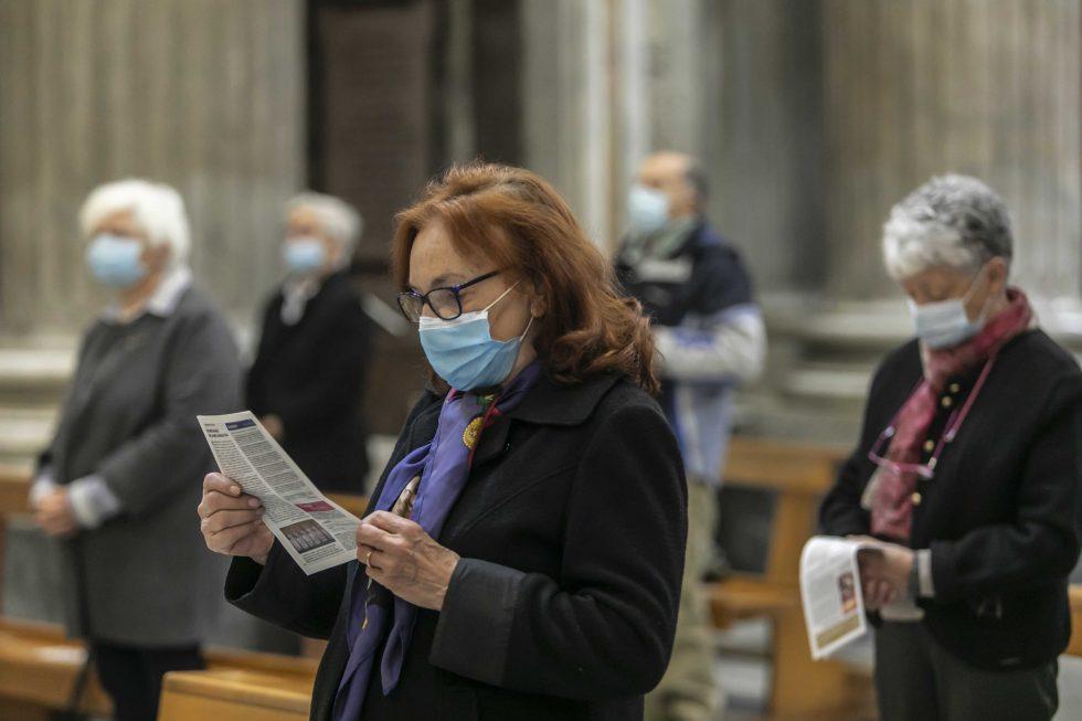 Roma, 1 novembre 2020: messa con il  distanziamento e i protocolli di sicurezza durante la pandemia Covid 19 Coronavirus nella chiesa di Santa Maria in Portico in Campitelli -