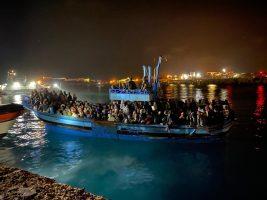 """Migranti, il parroco di Lampedusa: """"Centinaia di persone sul molo senza cibo né igiene. E se fossero italiani?"""""""